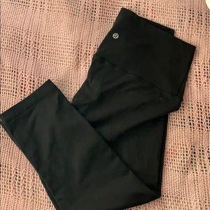 Size 10 lululemon wunder under cropped leggings.